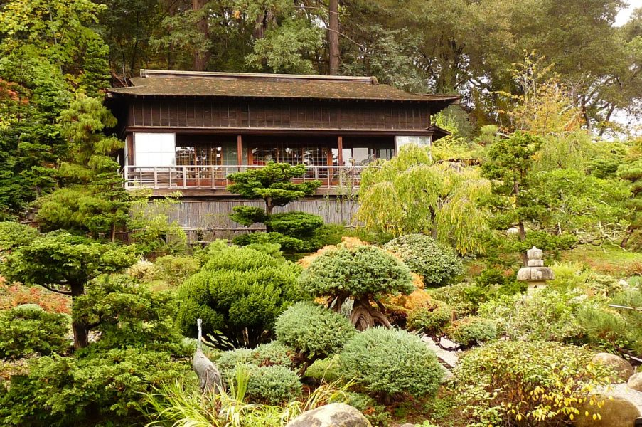 The Upper House (a.k.a. Moonviewing House) sits on the slope of the Moon Viewing Hill as a place of quiet retreat.
